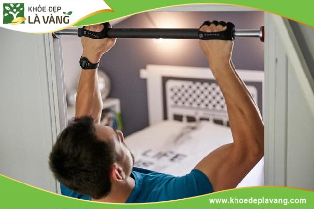 Đu xà là bài tập chống ;lại trọng lực giúp kéo giãn các đốt sống